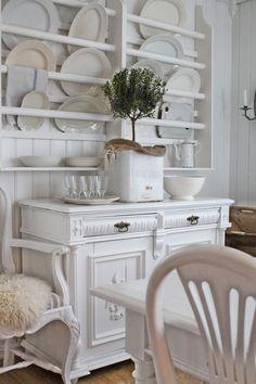 Natural and White - via VIBEKE DESIGN