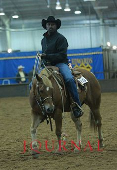 Fred Whitfield warms up for the roping at the AQHA World Championship Show.•.♡.•