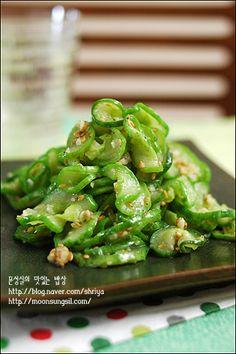 요새 이 오이볶음 먹는 맛에 안그래도 맛있는 밥이 더욱 잘도 넘어 가네용~~ㅋㅋ 오이만 보면 요새는 이것만 만들어 먹어요.... 늘 무침만 해서 드셨던 분이라면... 느무느무 맛있사오니, 꼭 한번 만들어 드셔 보.. Easy Cooking, Cooking Tips, Cooking Recipes, Lchf Diet Plan, K Food, Vegetable Seasoning, Korean Food, Korean Diet, Light Recipes