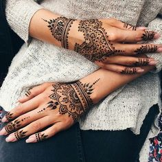 Discovered by Shana. Find images and videos about henna, nails and tattoo on We Heart It - the app to get lost in what you love. Henna Ink, Henna Tattoo Hand, Henna Body Art, Henna Tattoo Designs, Mehndi Designs, Henna On Hand, Henna Hand Designs, Tattoo Band, Et Tattoo
