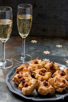 Bladerdeeghapjes met chorizo en mozzarella Chorizo, New Years Eve 2018, A Food, Food And Drink, Tapas, Starters, Mashed Potatoes, Cauliflower, Mozzarella
