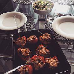 Täytetyt paprikat ja mozzarella salaattia