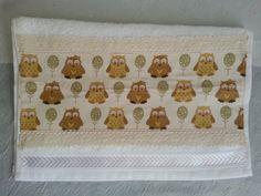 Ref.NVA-1713  Conjunto contendo:  Lata pintada com decoupage de tecido e passamanaria; e  toalha para lavabo com aplicação de tecido e renda de algodão.