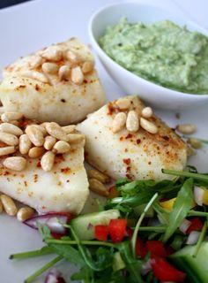 Bakt torsk med pinjekjerner Fish Dinner, Recipe Boards, Hummus, Nom Nom, Side Dishes, Food And Drink, Healthy Eating, Cooking, Ethnic Recipes