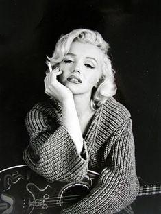 Net Image: Marilyn Monroe: Photo ID: . Picture of Marilyn Monroe - Latest Marilyn Monroe Photo. Marilyn Monroe Bild, Marilyn Monroe Frases, Marilyn Monroe Style, Marilyn Monroe Smoking, James Dean Marilyn Monroe, Poses, Beautiful Celebrities, Beautiful Women, Robert Mapplethorpe
