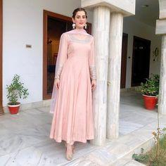 Designer Party Wear Dresses, Kurti Designs Party Wear, Indian Designer Outfits, Simple Pakistani Dresses, Pakistani Dress Design, Simple Anarkali, Pakistani Girl, Pakistani Suits, Punjabi Suits