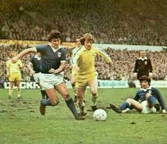 Ipswich Town 0 Leeds Utd 0 in March 1975 at Portman Road. Brian Talbot and Allan Clarke in action in the FA Cup 6th Round. Retro Football, Football Jerseys, Football Players, Leeds United Fc, Ipswich Town, Football Pictures, Fa Cup, 1970s, Grass