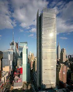 The New York Times Building (Nueva York, EE.UU). Tiene una altura de 319 y cuenta con 52 pisos. Fue  inaugurado en 2007 y allí funciona uno de los periódicos más importantes del mundo.
