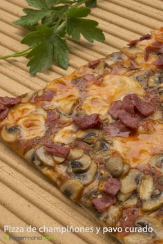 Pizza de champiñones y pavo curado Pasta, Calzone, Hawaiian Pizza, Food, Pizza Recipes, Pizza, Noodles, Meals, Pasta Recipes
