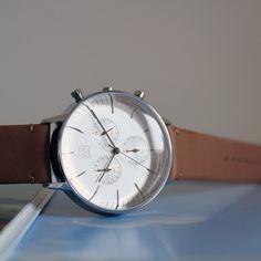 ˙透亮凸面玻璃 ˙簡約精煉錶面設計 ˙計時功能   https://i.imgur.com/Yqly2FG.jpg 透亮凸面玻璃光影交錯,恍然以為是水珠附著於錶面, 自然光影托烘,玻璃工匠精湛手藝一覽無遺,包覆著的是輕盈俐落的指針及時位,為面盤覆上溫潤色彩, 紳士雅緻,時而柔和、時而精煉,注入...