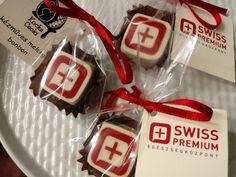 Egyedi céges logós bonbon, ami egy megnyitó ünnepségre készült ajándékba a vendégeknek. Container, Food, Hoods, Meals, Canisters