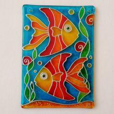 Co ryba rybě povídala.... :o) Ručně malovaná vitráž (rozměr cca 10 x7 cm). Do malého bytečku, malé akvárko :o) Malováno velmi kvalitními vitrážovými barvami, které jsou světlostálé a i při vystavení jižnímu slunci si vitráž ponechává jasné a syté barvy. Sklo je znovu zatavené, má oblé hrany a navrtanou dírku pro snadné zavěšení do okna nebo kamkoli do ...