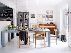 Familjen tillbringar den mesta tiden i vardagsrummet på bottenvåningen. Runt matbordet från Catherine Memmi i Paris står Børge Mogensens klassiska stol J39 från Fredericia. På bordet porslin Musselmalet från Royal Copenhagen samt tekoppar från Tsé & Tsé Associées, tekanna Guy Degrenne, skärbräda Andrea Brugi och skålar Falcon Enamelware, allt från Slowfashionhouse. De tre hängande lamporna är handgjorda i Italien och såldes i Rigettas tidigare butik i Köpenhamn.