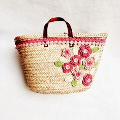 capazo con flores en el lateral Lace Bag, Straw Handbags, Jute Bags, Basket Bag, Crochet Purses, Summer Bags, Knitted Bags, Yarn Crafts, Crochet Projects