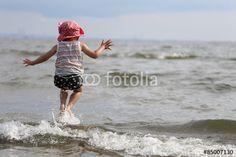 波をジャンプで飛び越える女の子