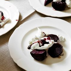 Die Rote Bete wird im Ofen gegart, der ausgetretene Saft sodann mit Balsamico eingekocht, dazu …