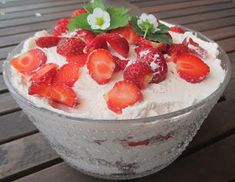 KOTOKOLOSSA: Mansikkaherkku Pudding, Desserts, Food, Tailgate Desserts, Deserts, Custard Pudding, Essen, Puddings, Postres