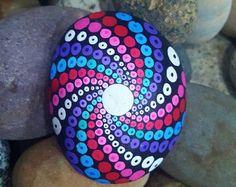 Mandala de piedra  Rock pintados a mano  pintado  Happy