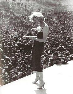 Marilyn Monroe with american soldiers during Korea War. By James Lescott, Los cinquenta en fotografías.