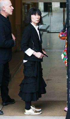 Rei Kawakubo Comme des Garcon Moda Fashion, Punk Fashion, Fashion Outfits, High Fashion, Japanese Fashion Designers, Rei Kawakubo, Crisp White Shirt, Black Midi Skirt, Costume Institute