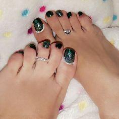 هذه #أظافر اليوم  It's Monday Pedi: Gradient Glitter and Dark Green Toe Nails