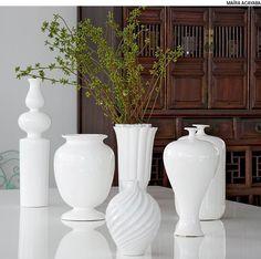 Para obter um enfeite original para o centro de sua mesa de jantar, agrupe diversos vasos da mesma cor, mas com formatos diferentes. Projeto de Mariana Tassinari, Bruna Albuquerque e Lívia Ribas.