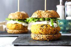 Burger vegetarian cu cartof dulce și năut - Home is where you cook Tzatziki, Salmon Burgers, Guacamole, Carne, Avocado, Vegetarian, Meals, Cooking, Ethnic Recipes