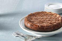 Voici une recette parfaite pour les amateurs de chocolat et de gâteau au fromage : un gâteau crémeux au chocolat, et, comme garniture, un filet de chocolat au lait.