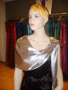 Un chal se puede usar y poner de muchas maneras, depende del tipo de tejido, y sobre todo de la forma y del estilo del vestido de fiesta que llevemos. El chal tiene muchos nombres, sobre todo depe…