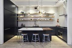 Cozinha em apartamento vintage e com plantas em Nova York (Foto: Laura Moss / The New York Times)