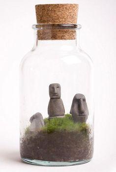 Miniatura + miniatura: O pote minúsculo, com tampa de rolha, ganhou terra, grama e imagens de moais, ícones da Ilha de Páscoa.