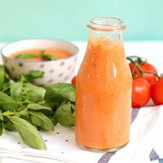 Je vous propose un grand classique de la cuisine d'été qui se prépare en un claquement de doigts : le gaspacho tomate basilic ! Un blender, 5 minutes !