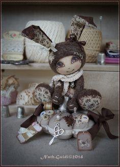 *Réservé.Petit lapin imaginaire en laine cardée feutrée sur son coussin couture : Autres art par la-fee-chiffonnee