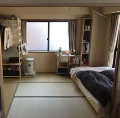 A simple room but convenient and relaxant Small Room Design, Home Room Design, Room Ideas Bedroom, Small Room Bedroom, Teen Bedroom, Japanese Style Bedroom, Japan Room, Small Room Interior, Japanese Apartment