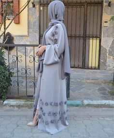 Elegant cardigan-style abaya dress with applique embellishment. Belt tie closure, you can dress this abaya up or down for any occasion. Cardigan Kimono, Cardigan Fashion, Abaya Fashion, Eid Outfits, Outfits Casual, Fashion Outfits, Fashion Quiz, Fashion 2020, Fashion Pants