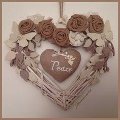 Cuore di vimini bianco con rose ecrù e cuore peace, by fattoamanodaTati, 29,00 € su misshobby.com