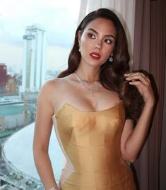 Se inspire no look da miss universo Catriona Gray Gorgeous Women, Beautiful, Grey Fashion, Pageant, Camisole Top, Tank Tops, Formal Dresses, Celebrities, Lady