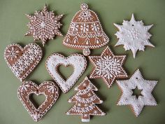 Lace icing dusted in lustre powder Gingerbread Christmas Tree, Gingerbread Cake, German Christmas, Christmas Treats, Christmas Tree Decorations, Christmas Cookies, Xmas, Biscuit Decoration, Sweet Bakery