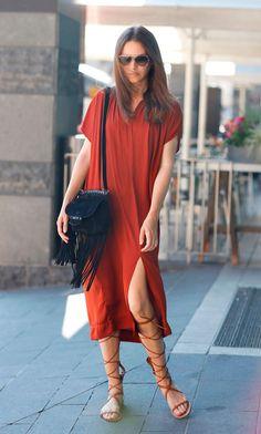 Street style look com camiseta vestido com fenda e sandália gladiadora.