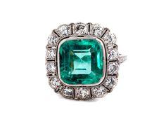 Ringweite: 56. Gewicht: ca. 4,7 g. WG 585. Um 1920. Schöner Art Déco-Ring mit einem hellen, leuchtenden Smaragd im quadratischen Treppenschliff, 4,43 ct, und...