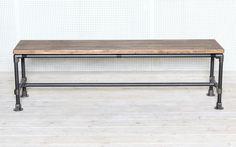제품설명 - 고무나무 원목 30t와 흑관 파이프 20A(27mm)로 제작된 파이프 벤치 입니다. - 상판은 인도네시아산 고무나무 집성목을 사용하였으며, 천연 오일과 천연 왁스로 마감되어 있습니다. - 흑관 파이프는 가공 뒤 전부 열처리 마감을 하여, 부식이나 기름때 걱정 없이 �