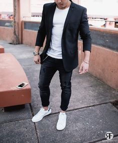 Men's Outfit Idea: Black Blazer, Distressed Jeans and White Sneaker Herren-Outfit-Idee: Schwarzer Blazer, Distressed-Jeans und weißer Sneaker Blazer Outfits Men, Blazer Jeans, Mens Fashion Blazer, Casual Blazer, Suit Fashion, Sneakers Fashion, Slim Jeans, Blazers For Men Casual, Black Blazer With Jeans