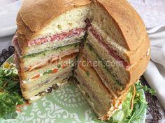 Il Panettone Gastronomico è il re delle feste per bambini o delle grandi riunioni di famiglia. Da farcire in mille modi diversi. Panini Sandwiches, Stromboli, Wine Recipes, Finger Foods, Sliders, Tasty, Meals, Cooking, Desserts