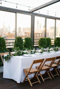 Brookly garden rooftop wedding. Photo: @everlystudios Wedding Vendors, Wedding Blog, Our Wedding, Rooftop Wedding, Garden Wedding, Table Garland, Table Decorations, Hotel Website, Box Houses