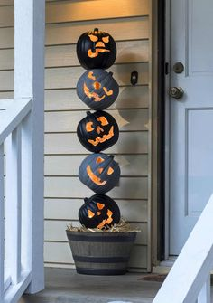 How to make this Halloween crafts. Grab some faux pumpkins from the craft store and create this unique Halloween pumpkin topiary! It will look perfect on your front porch. So festive! Halloween Veranda, Casa Halloween, Halloween 2018, Halloween Pumpkins, Halloween Party Supplies, Halloween Crafts, Spirit Halloween, Reddit Halloween, Victorian Halloween
