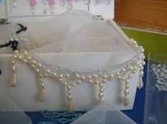 cobre jarra com perolas - Pesquisa Google Pearl Necklace, Candles, Beads, Jewelry, Gisele, Alice, Embroidered Towels, Diy And Crafts, Pinterest Crafts