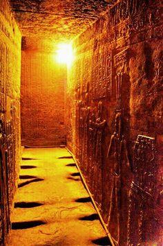 Imponente pasadizo de una pirámide egipcia y sus resaltantes jeroglíficos