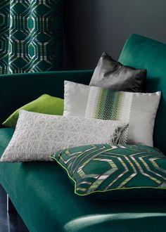 Le vert émeraude peut donner un air chic et frais à une pièce s'il est utilisé avec parcimonie.