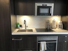 Booking.com: Ferienwohnung Jet Furnished Suites Yorkville , Toronto, Kanada - 69 Gästebewertungen . Buchen Sie jetzt Ihr Hotel! Decor, Suites, Kitchen Cabinets, Cabinet, Hotel, Home Decor, Kitchen, Furnishings