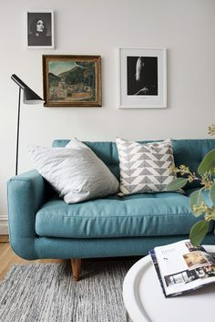 Wohnzimmer Im Skandinavischen Style Mit Einem Grauen Sofa Im Retro ... Wohnzimmer Im Retro Look